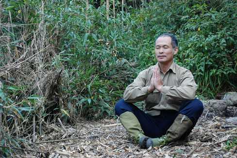 Ông Lâm ngồi mặc phong phanh, ngồi thiền trong cái lạnh độ âm