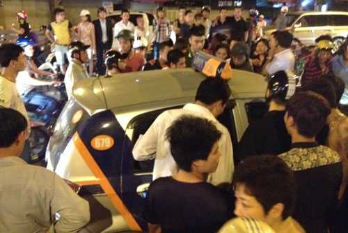 Tài xế taxi cố thủ bên trong sau khi hất nữ nạn nhân lên nắp capo chạy 200m. Ảnh: Báo GT