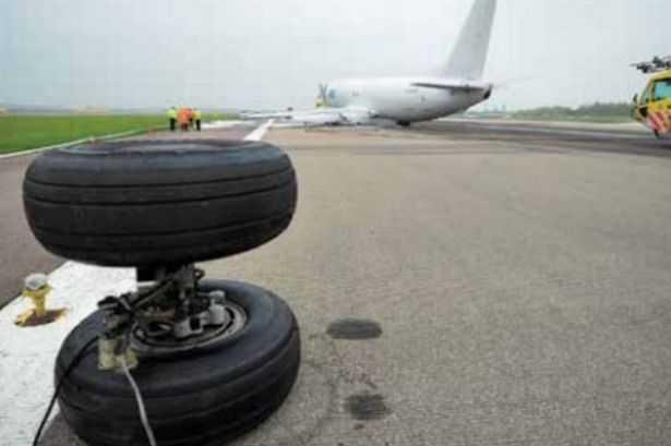 Bánh xe rơi khỏi máy bay trên đường băng