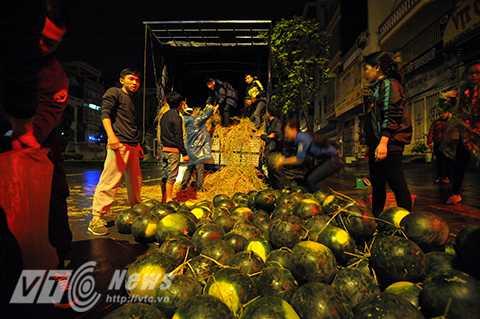 Những ngày qua, hàng trăm tấn dưa hấu của nông dân vùng lũ tỉnh Quảng Nam đã được người dân ở nhiều địa phương trên cả nước thu mua