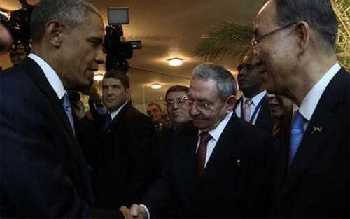 Tổng thống Mỹ Obama (trái) và Chủ tịch Cuba Castro (thứ ba bên phải) bắt tay nhau tại Panama ngày 11/4