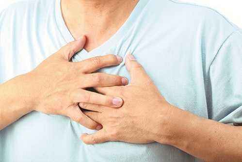 Đau ngực là một trong những dấu hiệu của bệnh trào ngược dạ dày thực quản.