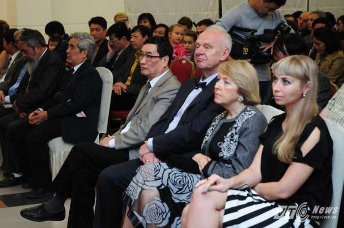 Ông Đào Trọng Thi (áo sáng), Chủ tịch Hội hữu nghị Việt Nga và Đại sứ Nga tại Việt Nam Konstantin Vnukov tại lễ kỷ niệm - Ảnh: Tùng Đinh