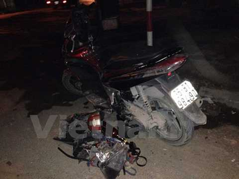 Chiếc xe máy bị đâm vào tường khiến 2 thanh niên nguy kịch (Ảnh: Sơn Bách/Vietnam+)
