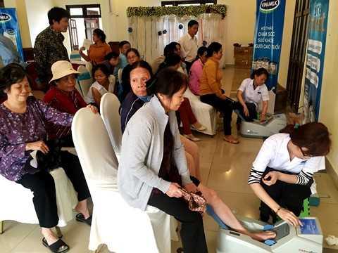 Vinamilk tổ chức đo loãng xương cho người cao tuổi Đắk Lắk, giúp người cao tuổi phát hiện và phòng ngừa loãng xương