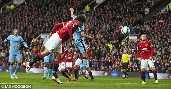 Fellaini có bàn thắng từ đường lật bên cánh trái