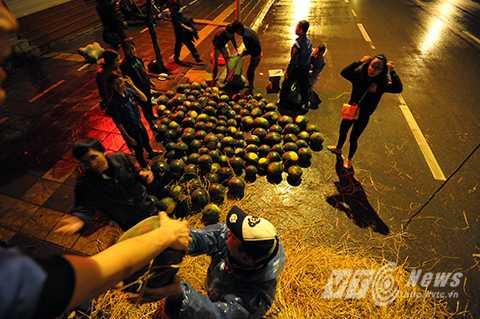 Hàng chục tấn dưa được bốc dỡ trong đêm được người Hà Nội tiêu thụ hết chỉ trong vài tiếng đồng hồ (Ảnh: Việt Linh)