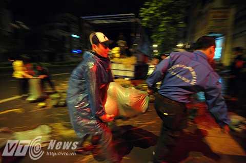 Các tình nguyện viên hối hả làm trong đêm để giúp đỡ đồng bào Quảng Nam                (Ảnh: Việt Linh)