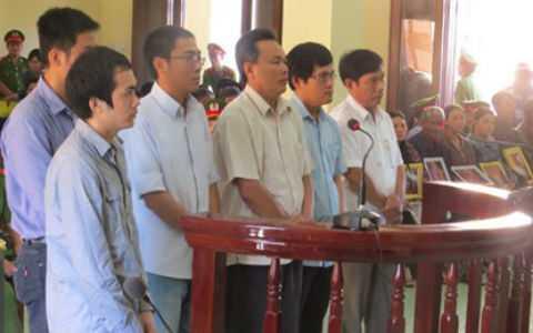 6 bị cáo (nguyên sĩ quan công an) trước vành móng ngựa, ngồi bên phải là gia đình nạn nhân Kiều.
