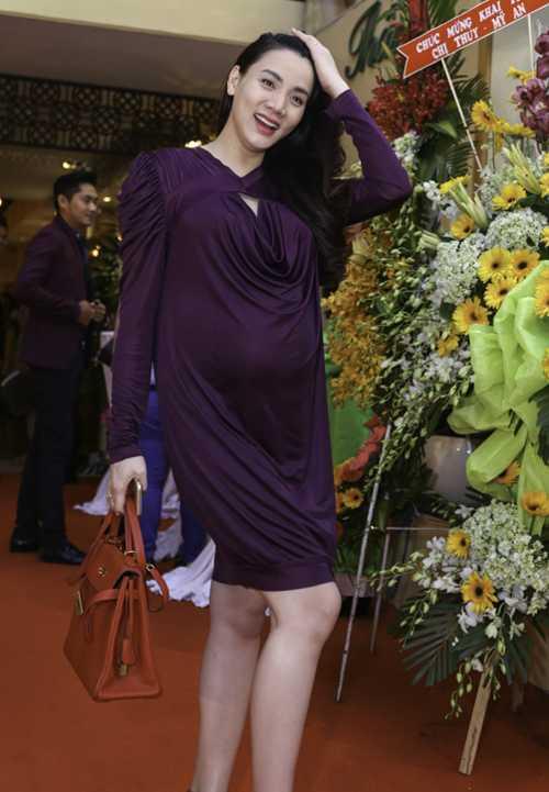 Khi mang bầu gần đến ngày sinh, cô vẫn chăm chỉ đi sự kiện.