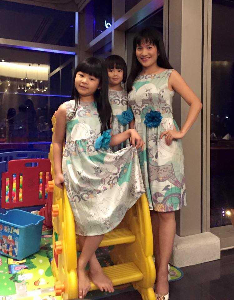 Ba mẹ con Anh Thơ diện đồ giống nhau trong buổi tiệc kỷ niệm 7 năm kết hôn của Anh Thơ - Bình Minh.