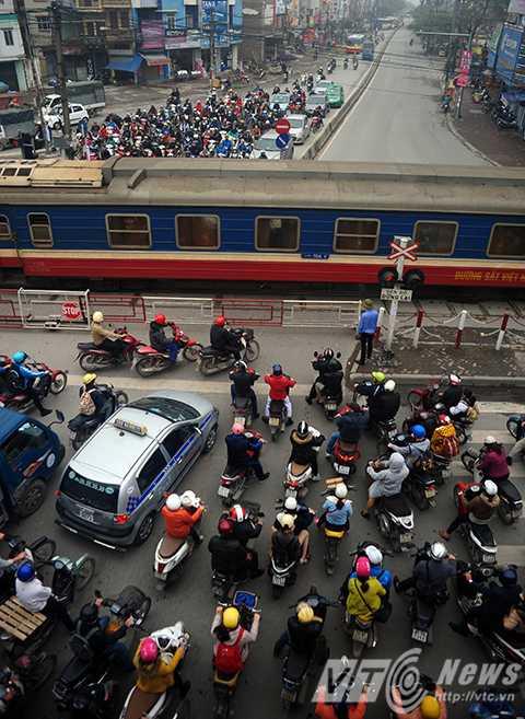 Các phương tiện giao thông dồn ứ tại điểm giao cắt đường Trường Chinh với đường sắt khi có tàu đi qua