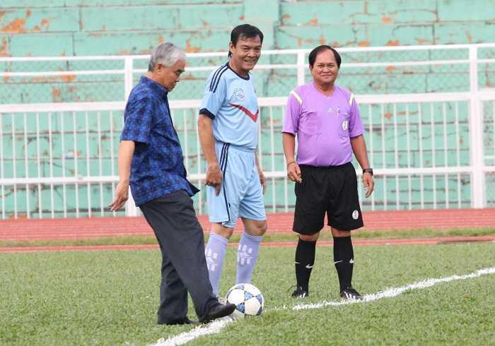 Chủ tịch VFF - Lê Hùng Dũng đá trái bóng khai mạc Festival bóng đá Hồng Hà - Trường Sơn - Cửu Long (Ảnh: Hoàng Tùng)