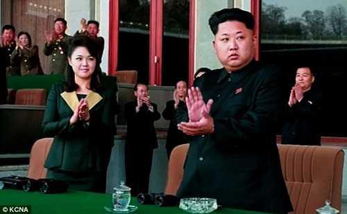 Bà Ri Sol-Ju tươi cười cùng nhà lãnh đạo Kim Jong-un theo dõi trận đấu bóng đá