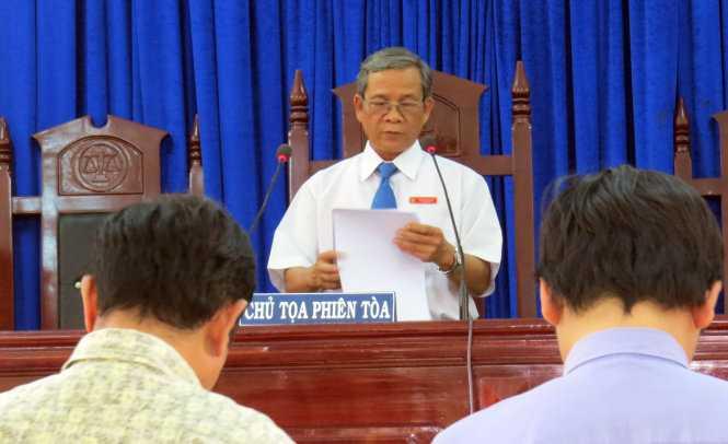 Chủ tọa Nguyễn Phi Đô thay mặt HĐXX tuyên án - Ảnh: DUY THANH