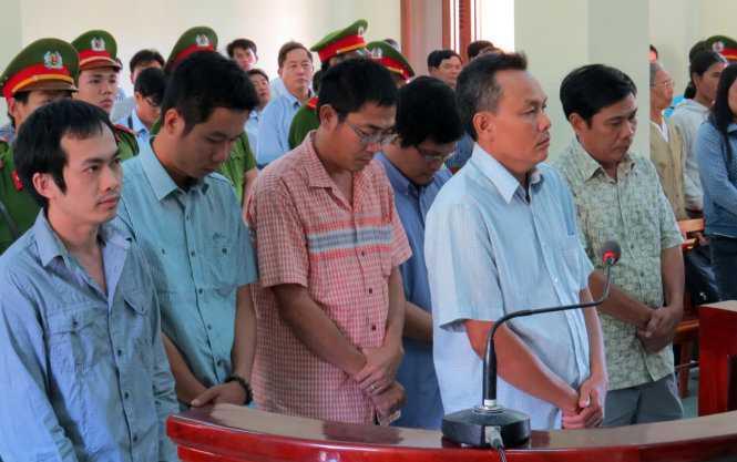 Sáu bị cáo nghe tuyên án - Ảnh: DUY THANH