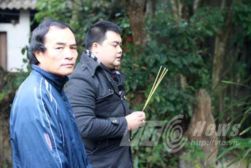 Anh Sóng và nhà tâm linh Lê Thái Bình (phải) thắp hương ở nơi từng có ngôi đình lớn