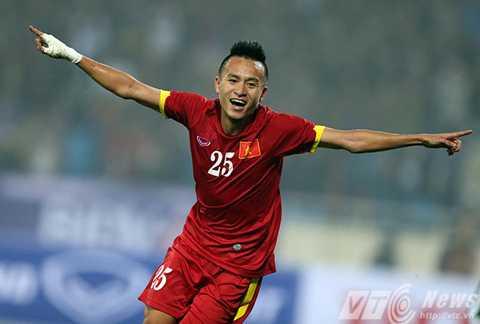 Võ Huy Toàn hơi ngại khi phải thi đấu trến sân cỏ nhân tạo (Ảnh: Quang Minh)
