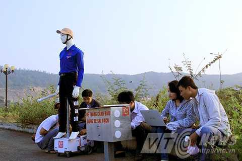 Nhóm sinh viên của Đại học Duy Tân (Đà Nẵng) vừa sáng chế thành công robot dùng để dẫn người qua đường và máy cảnh báo phương tiện vi phạm giao thông