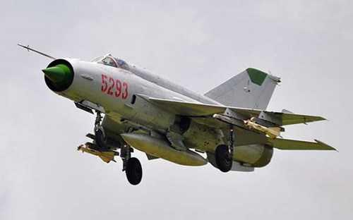 Tiêm kích MiG-21 Việt Nam mang 2 đạn R-60.