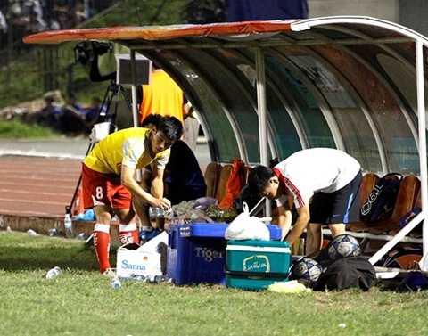 Hình ảnh Thái Sung lầm lũi bê nước ở giải U21 quốc tế năm ngoái ở Cần Thơ