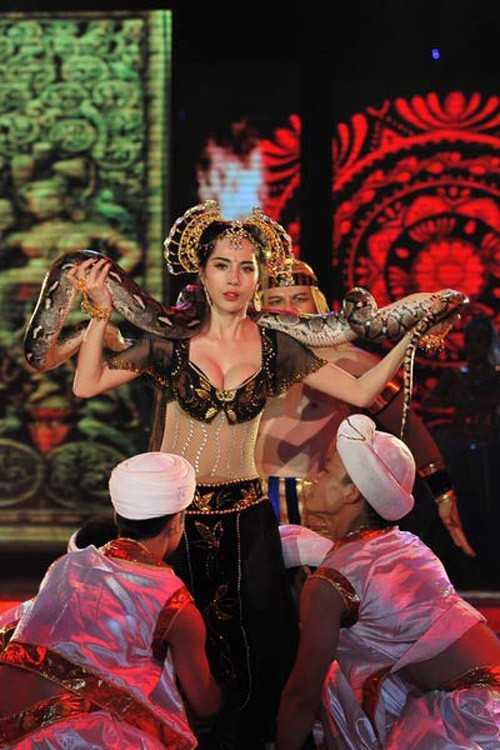 Thủy Tiên mang trăn lên sân khấu trong đêm chung kết.