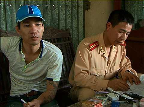 Đối tượng Quản Văn Nam (đội mũ lưỡi chai, ngồi bên trái) không đội mũ bảo hiểm bị bắt giữ do vận chuyển ma túy trái phép