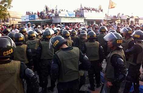 Lực lượng CSCĐ tham gia vãn hồi trật tự. Ảnh: PNX