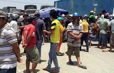 Người dân hai xã Vĩnh Tân, Vĩnh Hảo đổ ra đường chặn xe phản đối nhà máy gây ô nhiễm trong ngày 15-4. Ảnh: PNX