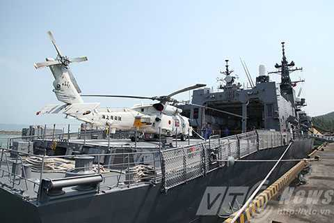 Tàu còn được trang bị một sân đỗ trực thăng cùng hangar ở đuôi tàu cho phép trực thăng săn ngầm SH-60J(K) có thể hoạt động linh hoạt