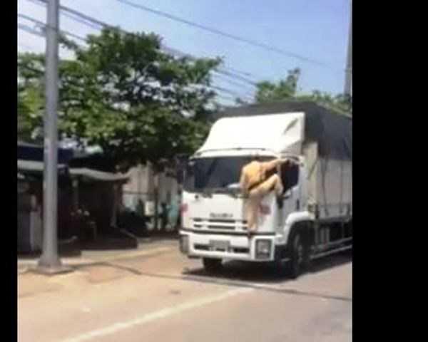 Cảnh sát giao thông leo lên cabin xe tải (ảnh cắt từ clip)