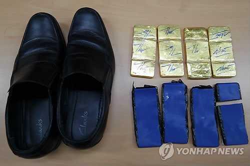 Bức ảnh 4kg vàng tang vật thu được trong giày của nhân viên phi hành đoàn (Ảnh: Yonhapnews)