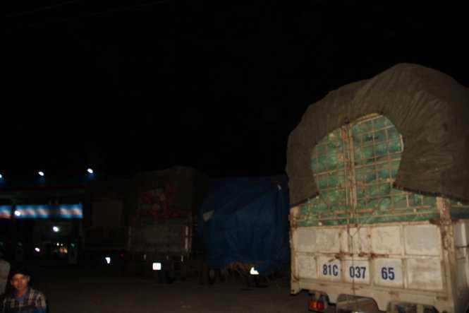 Hàng trăm xe quá tải tập trung ở các cây xăng, đường dân sinh tại thị xã An Khê để chờ cơ hội vượt trạm - Ảnh chụp tối 16/4. Ảnh: B.D