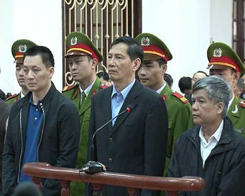 Bị cáo Phạm Thanh Bình (ở giữa) và các đồng phạm