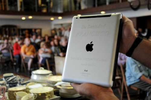 Mặt sau của chiếc iPad có khắc dòng chữ