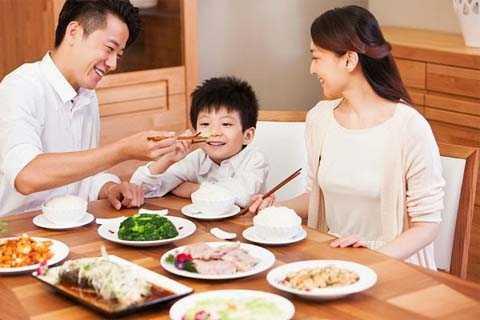 Bắt đầu bữa ăn bằng việc thư giãn với âm nhạc, hoặc những âm thanh của tự nhiên,