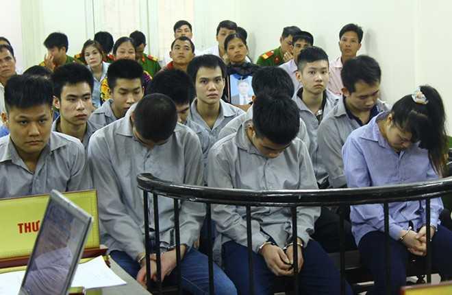 12 bị cáo hầu tòa cùng về tội Giết người. Ảnh: MĐ