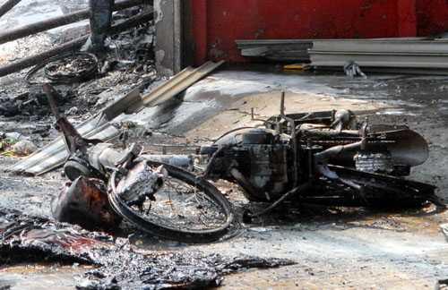 Xe máy trong cửa hàng bị cháy rụi. Ảnh: An Nhơn