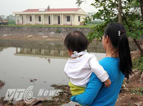 Không có đủ chỗ cho con em học tập, nhiều vị phụ huynh phải đem gửi con ở một ngôi trường khác cách thôn hơn một cây số dù nhà chỉ cách trường cũ chưa đầy 50m