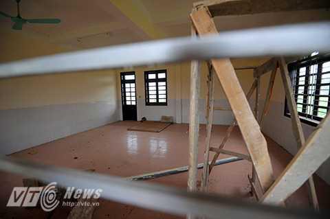 Bên trong, dù cơ sở vật chất đã đi vào hoàn thiện thế nhưng ngôi trường mầm non mới của trẻ em thôn Lương Xá vẫn đang bị bỏ hoang