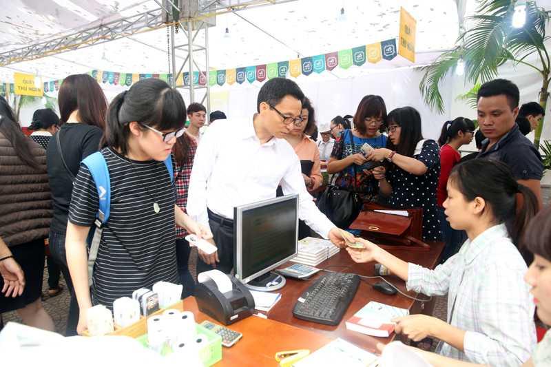 Phó Thủ tướng trả tiền mua sách