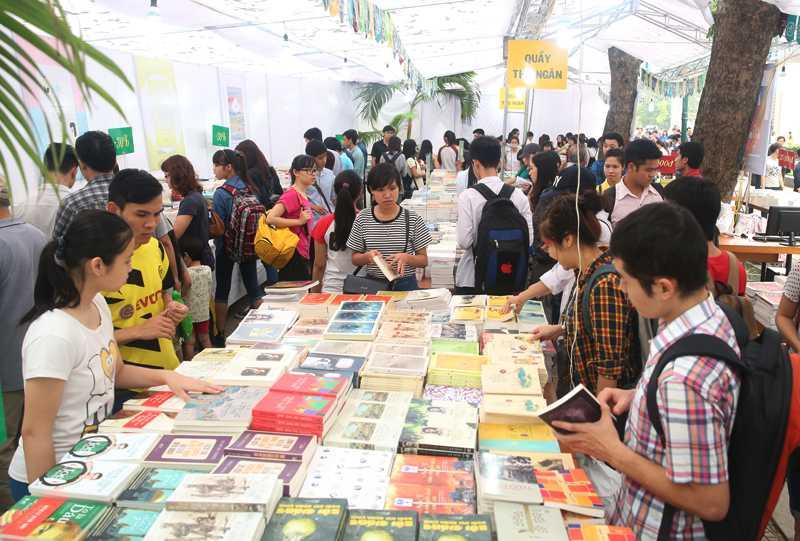 Ngày hội sách thu hút hàng nghìn độc giả ở nhiều lứa tuổi khác nhau ngay trong ngày khai mạc