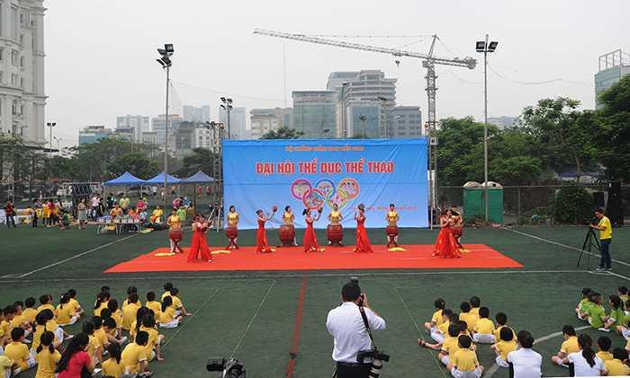 """Tiết mục múa """"Trống hội"""" do các cô giáo biểu diễn đã mở đầu cho chương trình"""