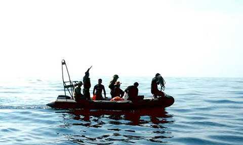 Đặc công người nhái đang tiến hành lặn tìm kiếm máy bay SU22 - Ảnh: Hoàng Văn Số