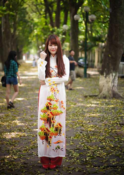 Bộ áo dài có hình phố cổ càng tôn thêm vẻ đẹp dịu dàng của nữ sinh Hà Thành