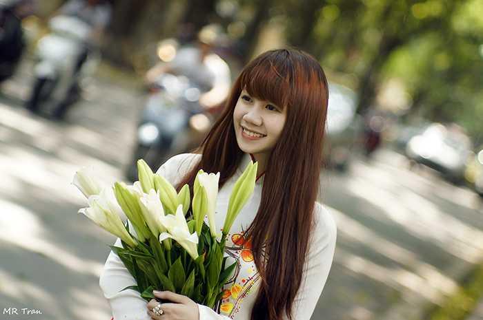 Vẻ đẹp cổ điển của loài hoa tháng tư tôn lên nét thanh lịch cho nàng thiếu nữ