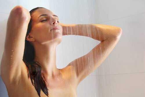 Phụ nữ sau khi sinh không nên tắm nước lạnh.