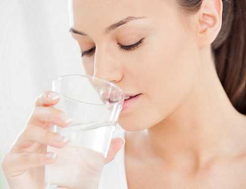 Những người bị bệnh tim không nên uống quá nhiều nước.