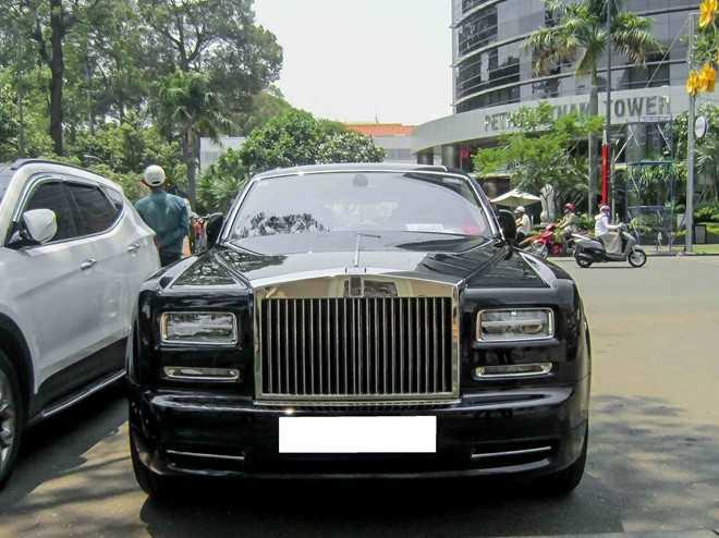 Ngày 18/4, một chiếc Rolls-Royce Phantom EWB Series II xuất hiện trước trung tâm hội nghị trên đường Lê Duẩn, quận 1, TP HCM.
