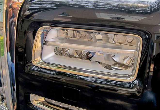 Ngoài ra, một nét mới không thể không nhắc tới trên Phantom Series II là hệ thống đèn pha, đèn chiếu sáng ban ngày đều sử dụng công nghệ LED. Giá bán của Phantom Series II chính hãng là khoảng 30 tỷ đồng tại Việt Nam.